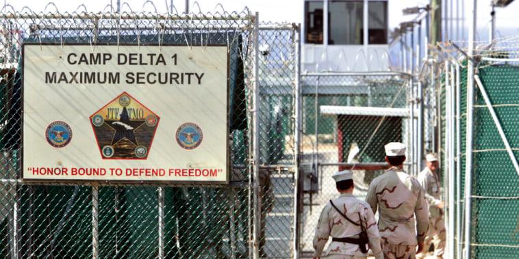En esta fotografía de archivo del 2006 se muestra la prisión de la base naval estadounidense en la bahía de Guantánamo, en Cuba.