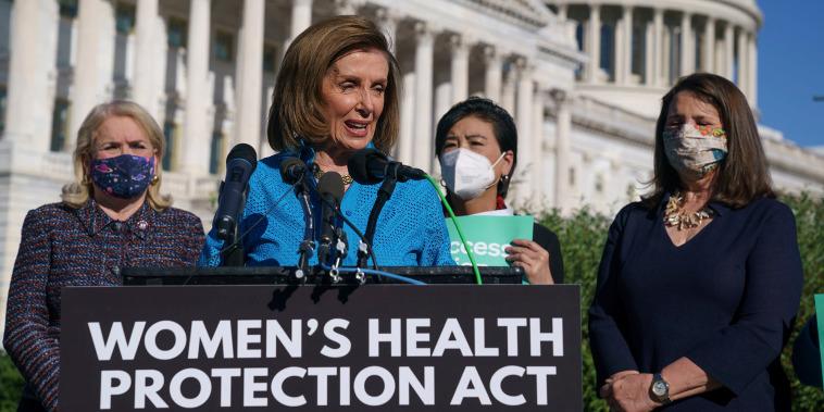 La presidenta de la Cámara de Representantes, Nancy Pelosi, celebra una conferencia de prensa justo antes de la votación en la Cámara de Representantes sobre la legislación destinada a garantizar el derecho de la mujer al aborto.