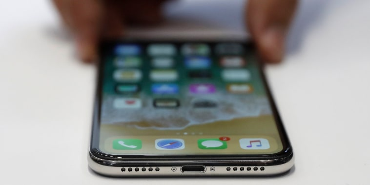Apple dice que la nueva norma puede detener la innovación, pero la UE dice que permitirá que se incorporen dos entradas para cargar los teléfonos.