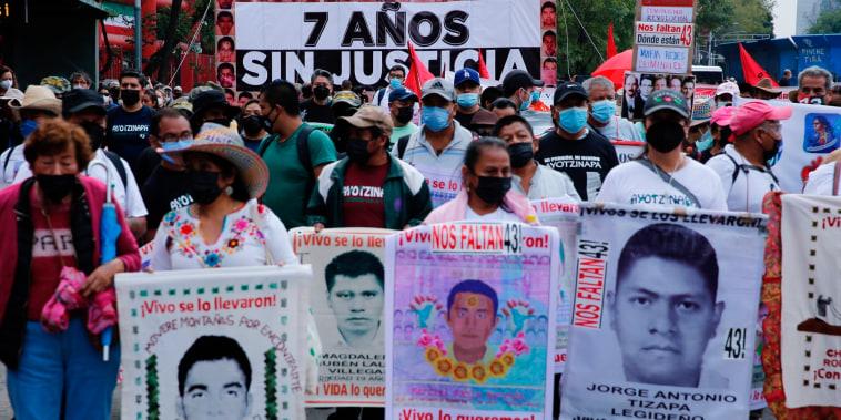 Miles de personas marcharon por los siete años de la desaparición de los 43 estudiantes de Ayotzinapa, en Ciudad de México, el 27 de septiembre de 2021.