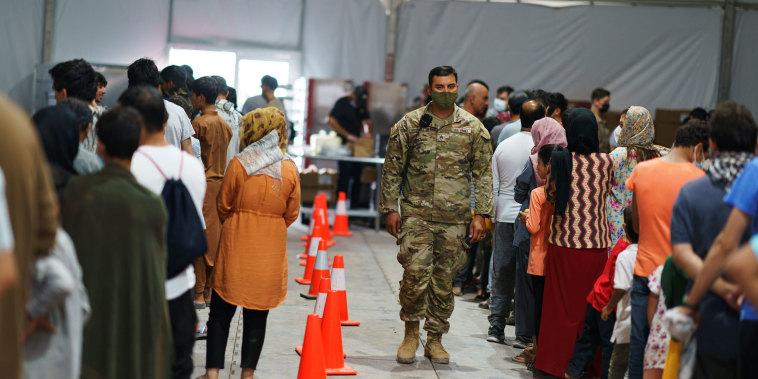 Evacuados afganos hacen fila para recibir comida en la base militar de Fort Bliss, en Nuevo México. A inicios de septiembre, la administración Biden tenía a más de 25,000 afganos albergados en ocho base militares.