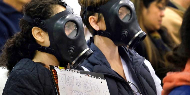 En esta foto de archivo del 16 de enero de 2016, manifestantes con máscaras de gas asisten a una audiencia sobre la mayor fuga de metano conocida en Estados Unidos.