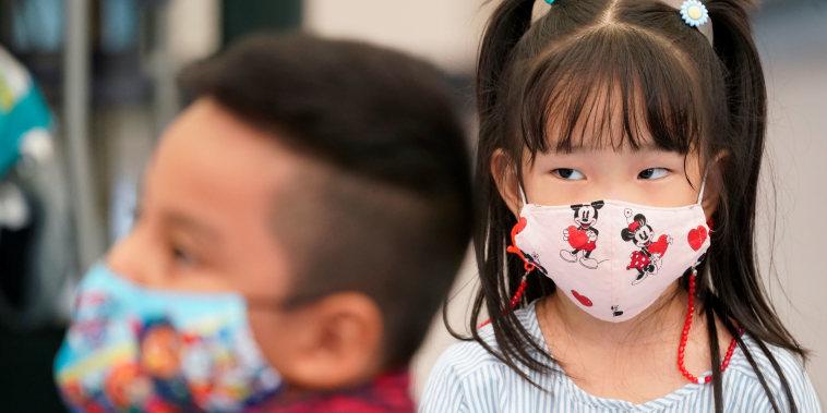Las mascarillas de tela se han convertido en una opción común para las familias frente al COVID-19. Un nuevo estudio muestra que para prevenir la variante delta lo mejor es utilizar cubrebocas quirúrgicos.