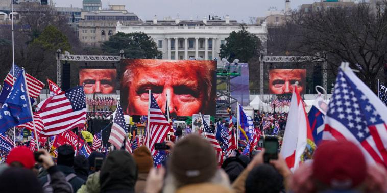 En esta foto de archivo del 6 de enero de 2021, partidarios del expresidente Donald Trump participan en un mitin en Washington previo al ataque al Capitolio.