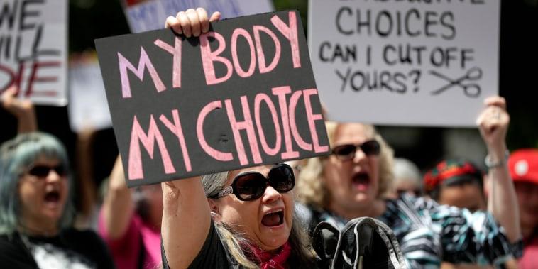 Un grupo se reúne para protestar por las restricciones al aborto en el Capitolio del Estado en Austin, Texas, el martes 21 de mayo de 2019.