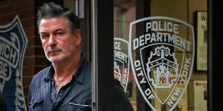 El actor Alec Baldwin sale de una comisaría de policía en Nueva York, en una foto de archivo de 2018