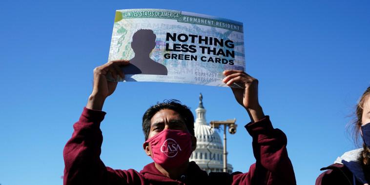 Un activista sostiene una pancarta durante una manifestación para pedir a los demócratas en el Congreso que aprueben un camino a la ciudadanía para los inmigrantes frente al Capitolio en Washington D.C., el 27 de octubre de 2021.