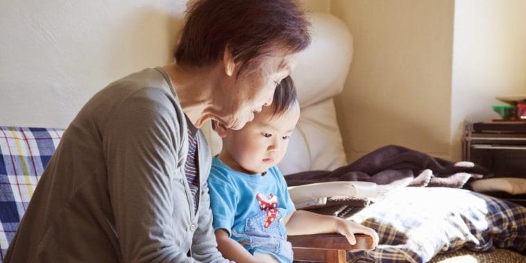 Los cuidadores informales, como familiares, amigos y vecinos, proveen un servicio esencial, pero sin el apoyo formal y financiamiento disponible para otros proveedores de cuidado infantil.