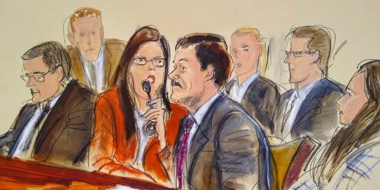 Joaquín 'El Chapo' Guzmán, segundo desde la derecha, escucha su sentencia en un tribunal federal de Nueva York