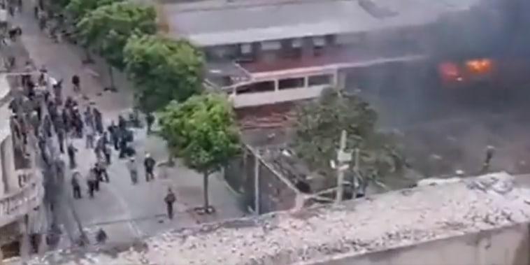 Veteranos irrumpen con violencia en el estacionamiento de la sede del Congreso de Guatemala