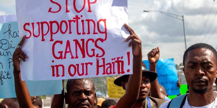 Un manifestante reclama al Gobierno del difunto presidente Jovenel Moïse que deje de apoyar a las bandas criminales del país, en una imagen tomada del 10 de diciembre de 2020.