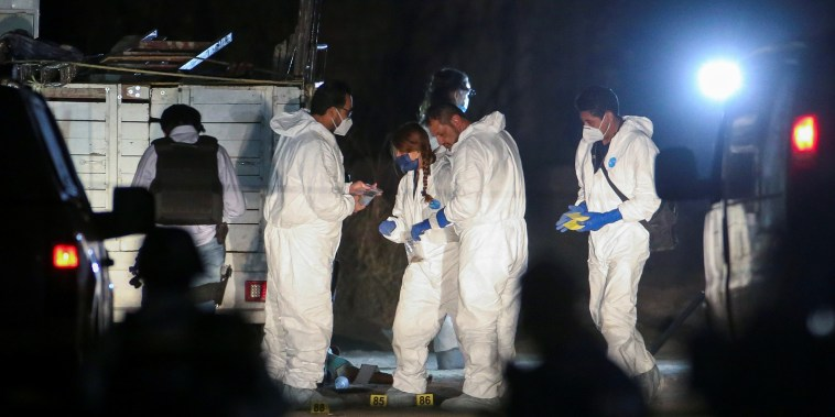 Forenses trabajan en el área donde once personas fueron asesinadas en Tonalá, Jalisco. Imagen del 27 de febrero de 2021.