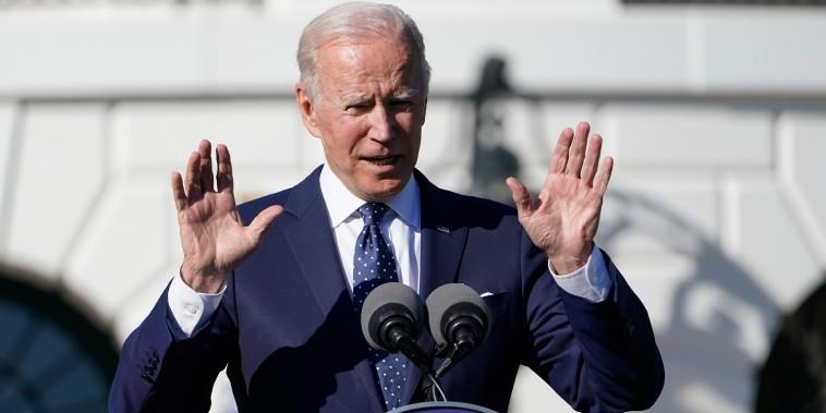 El presidente Joe Biden se dirige a los galardonados con el Premio Estatal y Nacional del Maestro del Año 2020 y 2021 durante un evento en el Jardín Sur de la Casa Blanca en Washington, el lunes 18 de octubre de 2021.