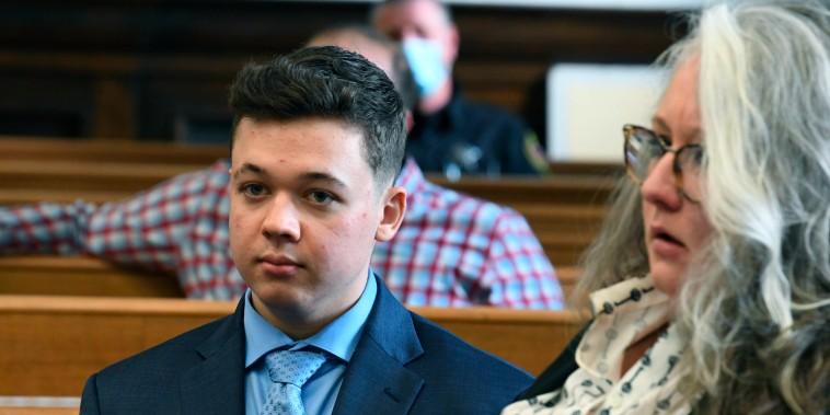 Kyle Rittenhouse asiste a una audiencia previa al juicio en el juzgado del condado de Kenosha, Wisconsin, el lunes 25 de octubre de 2021.