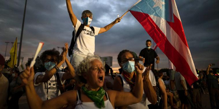 Miles de personas marchan a lo largo de la Autopista de las Américas para protestar contra la empresa LUMA Energy en San Juan, Puerto Rico