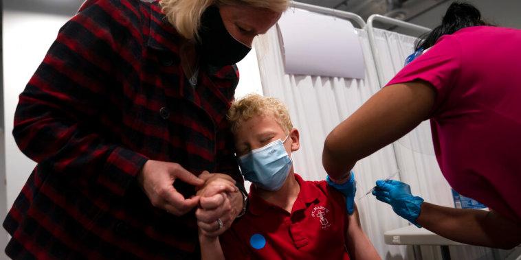 Un niño de 12 años es vacunado contra el COVID-19 en Santa Ana, California, el 13 de mayo de 2021.