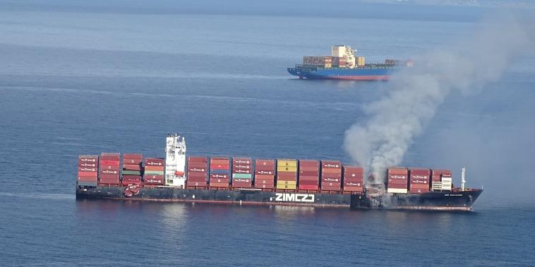 El barco Zim Kingston durante el incendio de sus contenedores, el 23 de octubre de 2021.