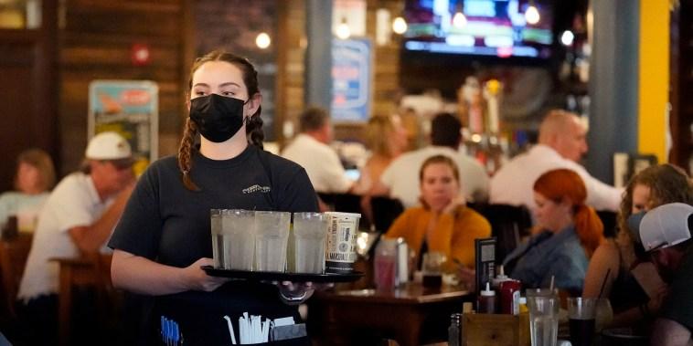 A más de un año del comienzo de la pandemia, el sector de gastronomía y hotelería pierde cientos de miles de trabajadores por mes en Estados Unidos que deciden buscar una mujer opción o cambiar de carrera.