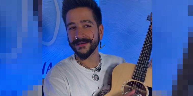 Camilo le canta a una pequeña fan