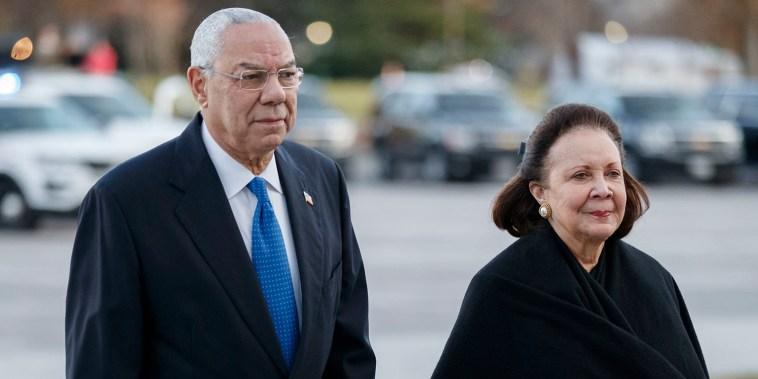 El ex secretario de Estado Colin Powell y su esposa Alma llegan al Capitolio de los Estados Unidos en diciembre de 2018 para asistir a la ceremonia por la muerte del expresidente George H. W. Bush.