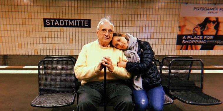 Daniel Ostropolsky, junto a una de sus hijas, durante unas vacaciones familiares en Alemania.