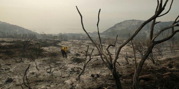 Bomberos del condado de Santa Bárbara extinguen un incendio junto a las vías del tren en Goleta, California, el 13 de octubre. La Administración Nacional Oceánica y Atmosférica anunció que se ha formado La Nina, lo que puede ser una mala noticia para partes del reseco Oeste.