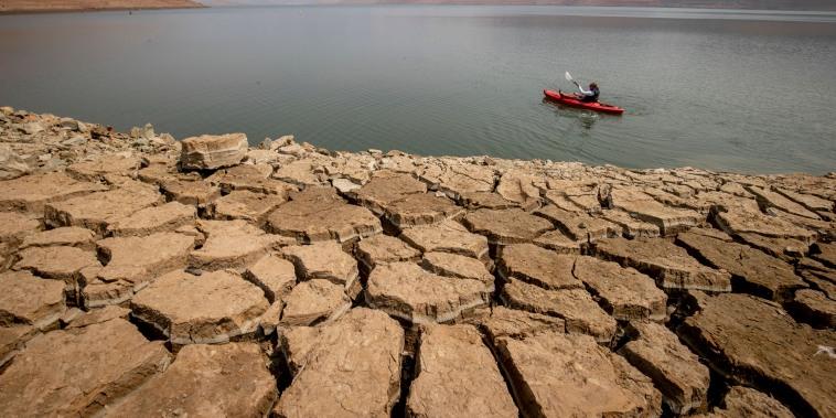 Una persona pesca en el lago Oroville mientras los niveles de agua permanecen bajos debido a las continuas condiciones de sequía en Oroville, California.