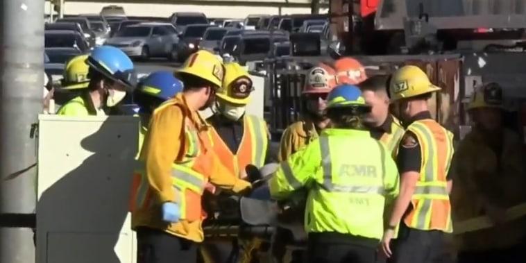El personal de emergencias trasladó a la mujer herida en el incidente en Palmdale, California, el 23 de octubre de 2021.