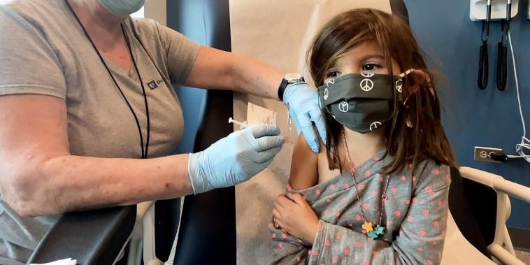 Bridgette Melo, de 5 años, recibe una de las dos dosis reducidas de la vacuna Covid-19 de Pfizer-BioNTech durante un ensayo en la Universidad de Duke en Durham, Carolina del Norte, el 28 de septiembre de 2021.
