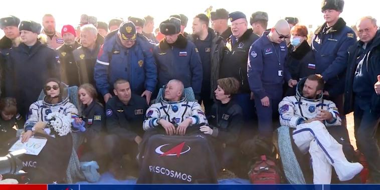 El cosmonauta de la agencia espacial rusa Oleg Novitskiy, en el centro, la actriz Yulia Peresild, a la izquierda, y el director de cine Klim Shipenko, a la derecha, poco después del aterrizaje de la cápsula espacial rusa Soyuz MS-18, Kazajistán, el domingo 17 de octubre de 2021.