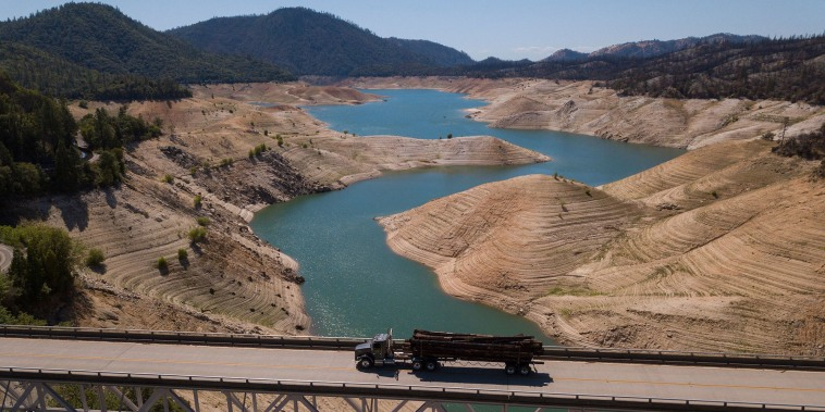 En esta imagen área de mayo de 2021, cuando aún no había comenzado el verano, se puede ver a menos de la mitad de su capacidad al lago Oroville, el segundo mayor embalse de California que proporciona agua potable a más de 25 millones de personas.