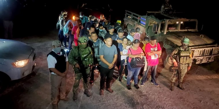 Cientos de personas, entre ellos familias con niños, eran trasladadas en una caravana de autos compactos interceptada por las autoridades mexicanas el sábado 23 de octubre en Tamaulipas, cerca de la frontera con EE.UU.