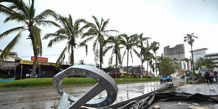 Los postes de luz derribados yacían al costado de una carretera después del paso del huracán Pamela en Mazatlán, México, el miércoles 13 de octubre de 2021.