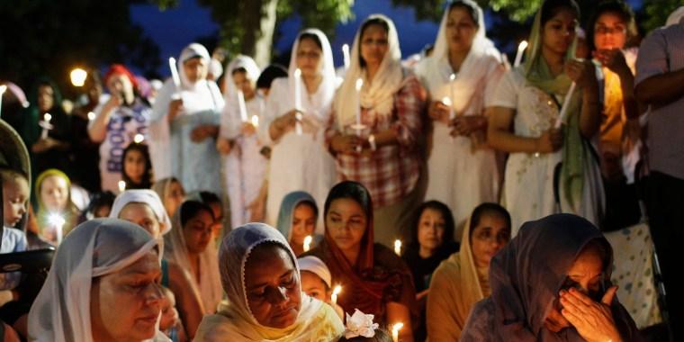 Image: Sikhs attend a vigil in Oak Creek