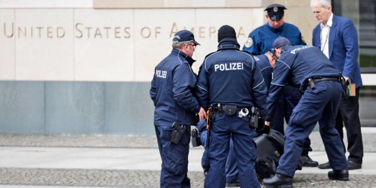 Image: Police officers examine a suitcase in front of the U.S. embassy in Berlin