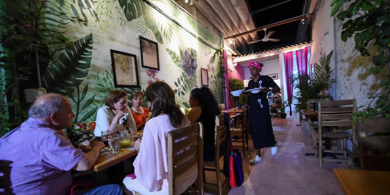 Image: Inmate Arleth Martinez works at the Interno restaurant