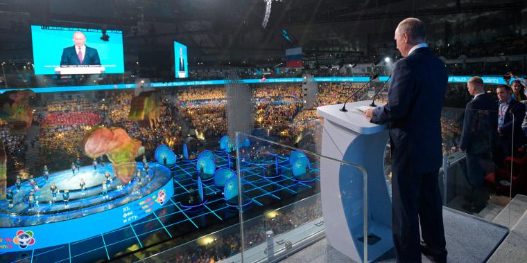 Image: Putin addresses participants in Sochi