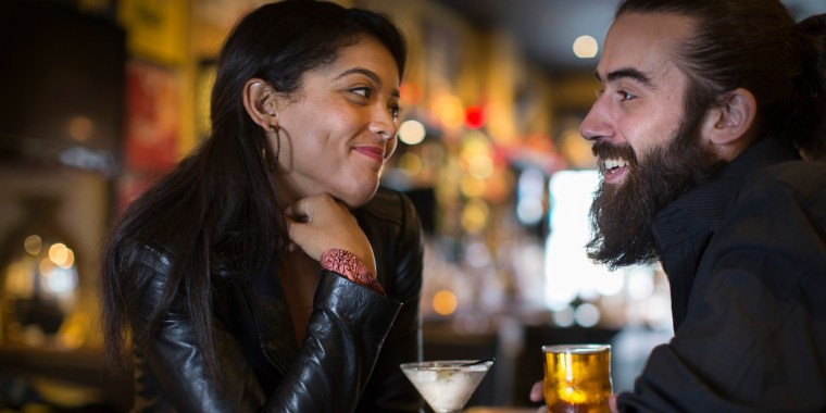 Image: A couple has drinks in a bar
