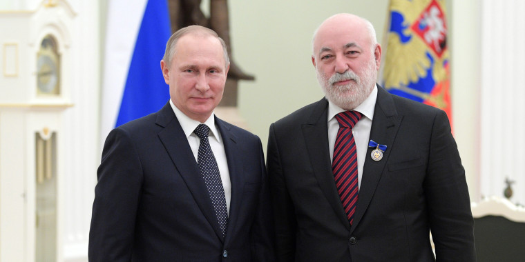 Image: Russian President Vladimir Putin with Renova CEO  Viktor Vekselberg