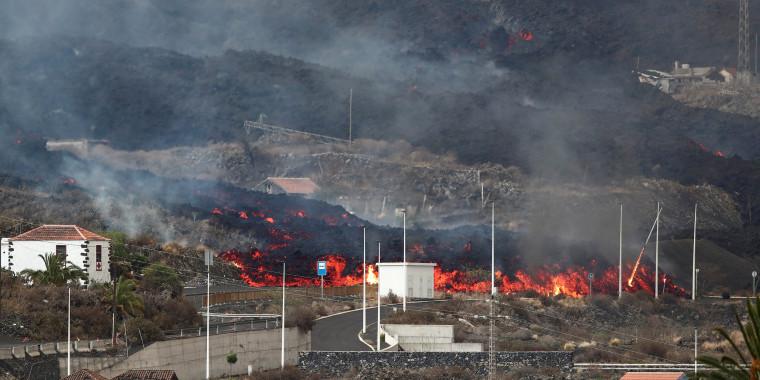 Image: Cumbre Vieja volcano continues to erupt on the Canary Island of La Palma