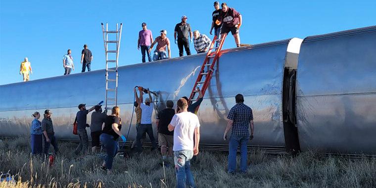 Varias personas trabajan en el lugar donde descarriló un tren de Amtrak en el centro norte de Montana, el sábado 25 de septiembre de 2021.