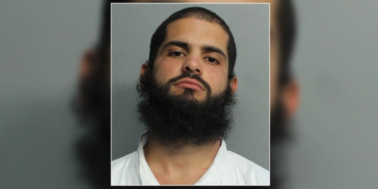 Marlon Herrera fue detenido y acusado de apuñalar mortalmente a su padre y herir de gravedad a su madre con un cuchillo en su casa de Miami.