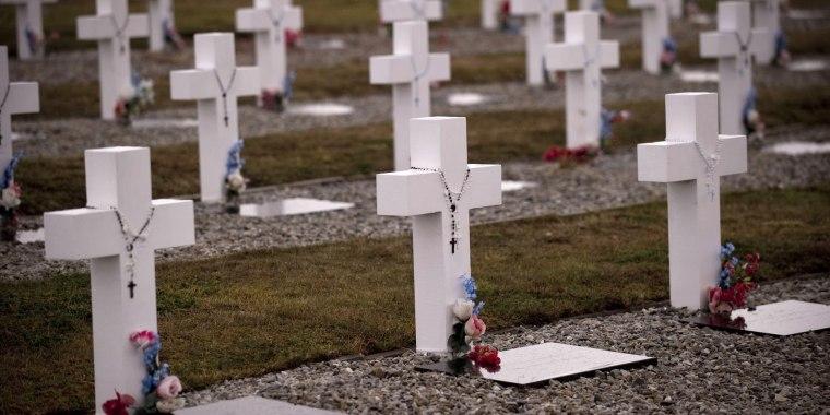 """Cruces de color blanco con rosarios y una placa que dice """"Soldado argentino conocido solo por Dios"""", dado que se desconoce la identidad de muchas personas enterradas, en el cementerio de Darwin en islas Malvinas."""