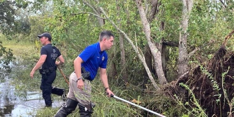 En esta imagen del 14 de septembre, los oficiales del oficina del Sheriff  de la Parroquia de St. Tammany, Devin Coulon y Chance Woods, buscaban al caimán que se creía responsable de la muerte de Timothy Satterlee en Louisiana.