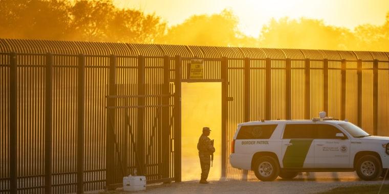 Un vehículo de la Patrulla Fronteriza atraviesa una entrada en la valla fronteriza después de que la Oficina de Aduanas y Protección Fronteriza cerrara el punto de entrada con México en Del Río, Texas, el 17 de septiembre.