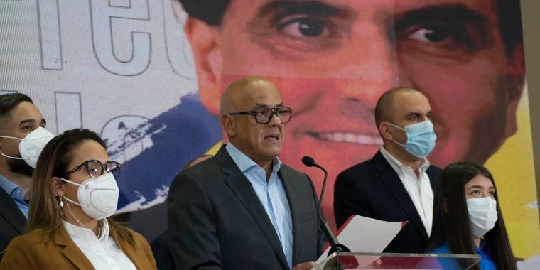 Jorge Rodriguez, al centro, presidente de la Asamblea Nacional de la República Bolivariana de Venezuela, habla ante los medios teniendo como fondo una imagen del empresario colombiano y enviado especial del gobierno venezolano Alex Saab, en Caracas, Venezuela, el sábado 16 de octubre de 2021.