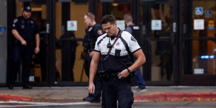 Un agente del sheriff del condado de Ada frente a la escena de un tiroteo en un centro comercial de Boise, Idaho