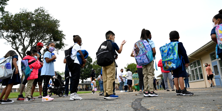 Estudiantes de jardín de infantes en la Escuela Primaria Webster en el primer día del semestre de otoño para el Distrito Escolar Unificado de Long Beach, California, el martes 31 de agosto de 2021.