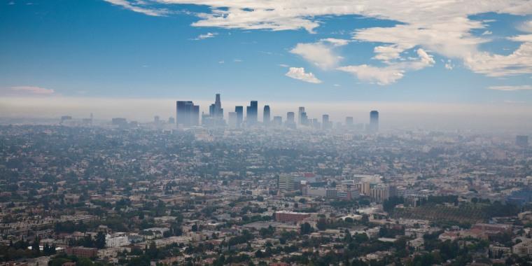 La ciudad de Los Ángeles, California, cubierta de smog.