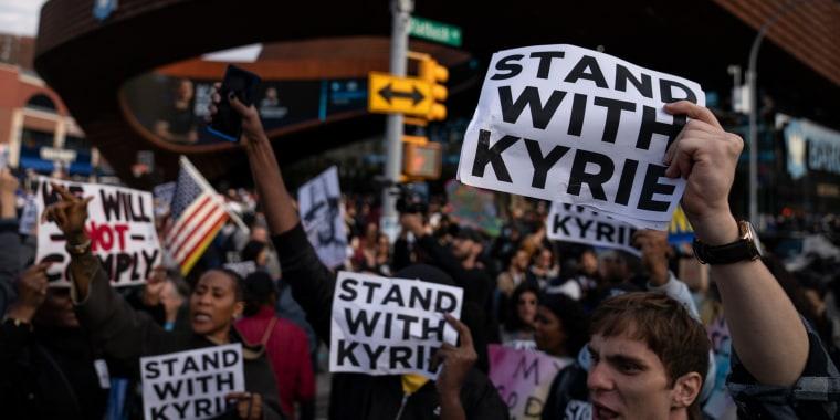Manifestantes protestan contra el mandato de vacunación en apoyo al jugador de baloncesto Kyrie Irving reunidos antes de un partido de baloncesto de la NBA entre los Brooklyn Nets y los Charlotte Hornets en Nueva York, el domingo 24 de octubre de 2021.